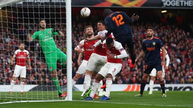 Valencia unggul lebih dulu pada menit ke-11 melalui sundulan Mouctar Diakhaby setelah menerima umpan Rodrigo. (REUTERS/Eddie Keogh)