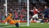 Alexandre Lacazette membawa Arsenal unggul untuk kali pertama 2-1 setelah sundulannya menyambut umpan Granit Xhaka pada menit ke-25 tidak mampu dihentikan kiper Valencia Neto. (REUTERS/David Klein)