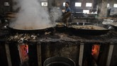 Pekerja memasak makanan ringan dengan gas PGN di pusat pengolahan makanan. (M Agung Rajasa).