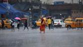 Akibat badai tersebut, dua orang dilaporkan tewas. (Reuters/Rupak De Chowdhuri)