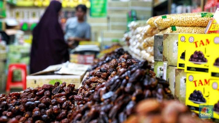 Pedagang kurma menata barang dagangannya di Pasar Tanah Abang, Jakarta, Jumat (3/5/2019). Menjelang bulan Ramadan, permintaan buah kurma meningkat dua kali lipat dibanding hari biasa. Harga kurma yang dijual bervariasi tergantung jenis dari Rp 30.000 hingga Rp. 300.000. (CNBC Indonesia/Andrean Kristianto)