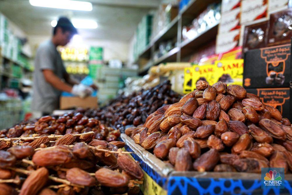 Pedagang kurma menata barang dagangannya di Pasar Tanah Abang, Jakarta.Saat bulan Ramadan, permintaan buah kurma meningkat dua kali lipat dibanding hari biasa. (CNBC Indonesia/Andrean Kristianto)