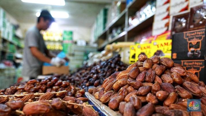 Menjelang bulan Ramadan, permintaan buah kurma meningkat dua kali lipat dibanding hari biasa.