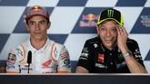 Valentino Rossi (kanan) dan Marc Marquez duduk berdampingan dalam konferensi pers. Kedua pebalap juga menunjukkan keakraban sejak konferensi pers sebelum digelar. (JORGE GUERRERO / AFP)
