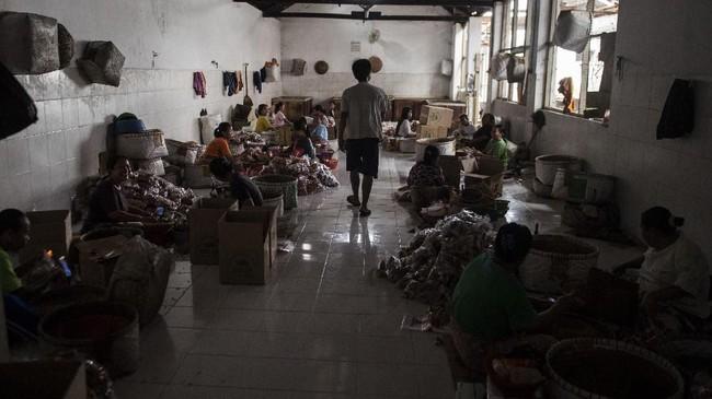Pekerja menggunakan gas PGN saat membungkus oleh-oleh makanan ringan di pusat pengolahan makanan ringan (M Agung Rajasa).