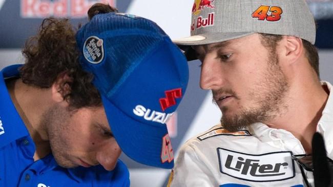 Alex Rins dan Jack Miller berbicara di konferensi pers jelang MotoGP Spanyol 2019. Balapan MotoGP Spanyol bisa disaksikan secara live streaming di CNNIndonesia.com pada Minggu (5/5) pukul 19.00 WIB. (JORGE GUERRERO / AFP)