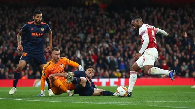 Alexandre Lacazette nyaris menciptakan hattrick pada menit ke-67. Namun, tendangan penyerang asal Prancis itu secara gemilang diblok Neto. (REUTERS/Eddie Keogh)