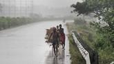Salah satu korban tersebut meninggal dunia karena serangan jantung.Sementara itu, korban kedua tewas karena tertimpa pohon tumbang. (Reuters/AP Photo/Kin Cheung)