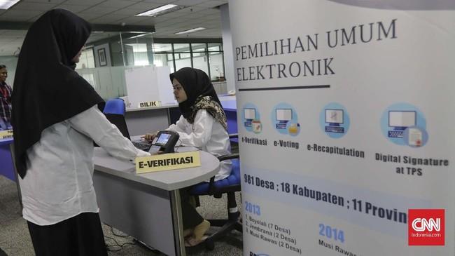 Petugas melakukan simulasi alat E-Voting di gedung Badan Pengkajian dan Penerapan Teknologi (BPPT) di Jakarta, Jumat, 3 Mei 2019. (CNN Indonesia/Adhi Wicaksono)