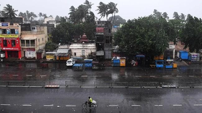 Pemerintah India memang sudah sangat mempersiapkan warga untuk menghadapi badai besar ini. (AFP Photo/DibyangshuSarkar)