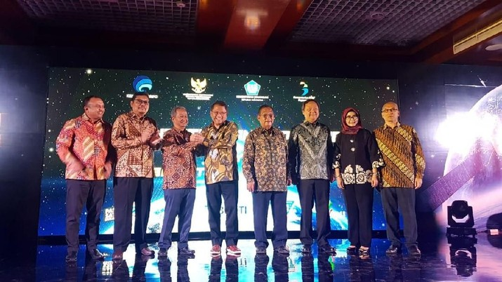 Indonesia akan segera memiliki satelit terbesar di Asia. Hal ini terealisasi melalui satelit multifungsi Indonesia bernama Satelit Republik Indonesia (Satria).