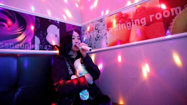 Mereka tak segan menghabiskan ribuan dolar untuk mengunjungi Korea Selatan sebagai basis K-Pop, untuk kemudian berusaha sekuat tenaga masuk ke Acopia, sebuah sekolah diSeoul yang 'mendidik' muridnya untuk jadi idola. (REUTERS/Kim Hong-Ji)