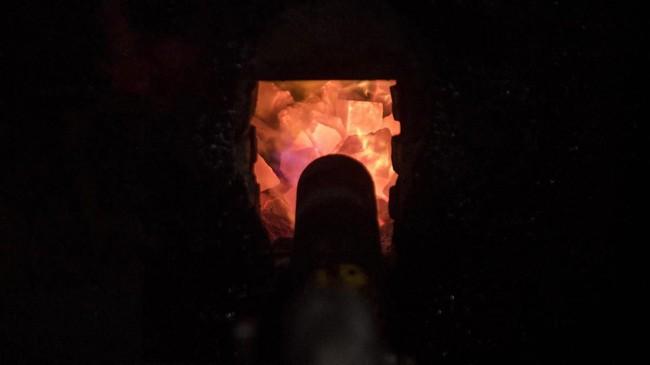 Hembusan gas membakar tungku saat memasak makanan ringan di pusat pengolahan makanan ringan. (M Agung Rajasa).