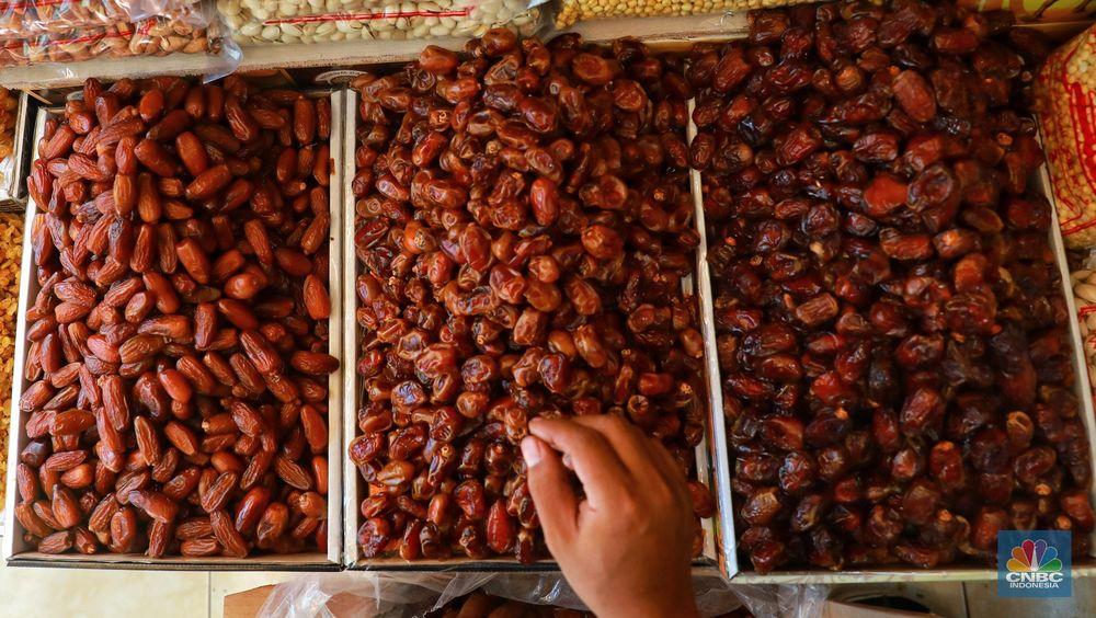 Berdasar pantauan CNBC Indonesia di Pasar Tanah Abang, Jakarta, harga buah ini dipatok Rp 30.000 hingga Rp 300.000 berdasarkan jenis dan kualitas buah kurma yang dijual. (CNBC Indonesia/Andrean Kristianto)