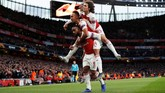 Alexandre Lacazette, Pierre-Emerick Aubameyang, dan Matteo Guendouzi merayakan gol penyama kedudukan Arsenal ke gawang Valencia. (Reuters/Paul Childs)