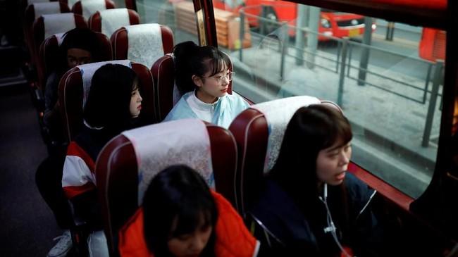 Nao Niitsu dan Yuuka Hasumi tak hanya berdua. Bersama mereka, ada ratusan remaja Jepang yang memiliki mimpi serupa. (REUTERS/Kim Hong-Ji)