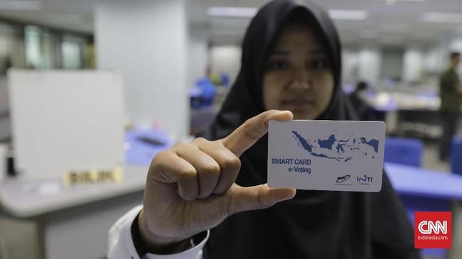 Pemilihan secara elektronik ini terdiri dari proses e-verifikasi, e-voting, dan e-rekapitulasi. Lewat proses itu nantinya bila terlaksana diharapkan dapat meningkatkan akuntabilitas dan transparasi pemilihan umum (pemilu). (CNN Indonesia/Adhi Wicaksono)