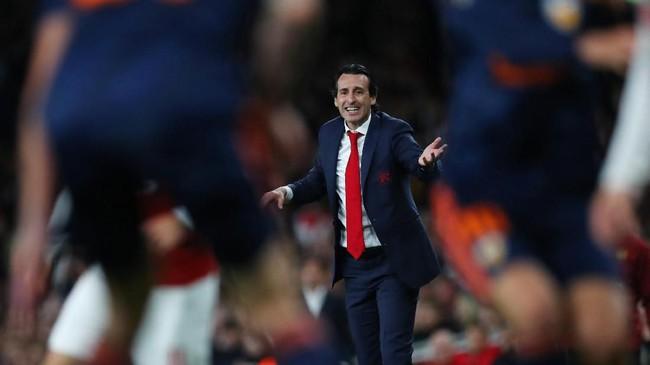 Manajer Arsenal Unai Emery memberikan instruksi di pinggir lapangan. Emery merupakan pelatih Valencia sepanjang 2008 hingga 2012. (REUTERS/Eddie Keogh)