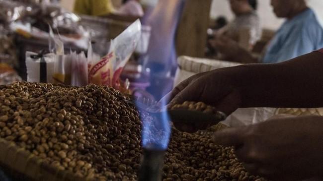 Pekerja menggunakan gas alam saat membungkus oleh-oleh makanan ringan di pusat pengolahan makanan ringan (M Agung Rajasa).