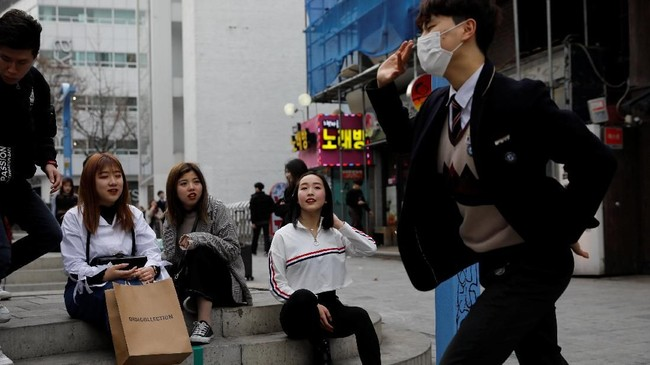Di Acopia, mereka punya kesempatan untuk belajar menari, bernyanyi, berpose, apapun yang dibutuhkan untuk menjadi seorang idola K-Pop, termasuk mempelajari bahasa Korea. (REUTERS/Kim Hong-Ji)