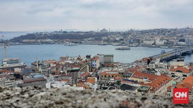 Pemandangan dari atas Menara Galata, Istanbul, Turki. Pesona kota Istanbul dari sisi Eropa dan Asia salah satunya bisa dilihat dari atas menara ini. (CNNIndonesia/Agustiyanti)