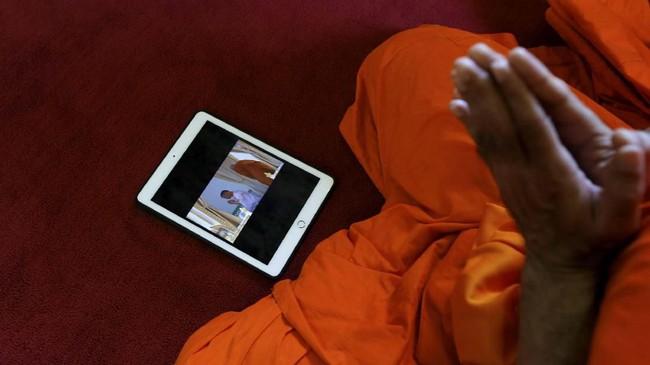 Rangkaian upacara penobatan yang dilakukan di dalam kompleks Grand Palace ini ditandai dengan momen saat biksu Buddha memainkan pipa-pipa di dalam kuil. (REUTERS/Soe Zeya Tun)