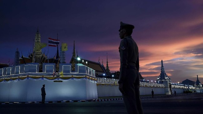 Upacara penobatan Raja Maha Vajiralongkorn sebagai raja Thailand yang baru dilakukan pada Sabtu (4/5). Arak-arakan yang sarat akan ritual Hindu dan Buddha mewarnai prosesi penobatan raja yang lebih dikenal dengan nama Rama X. (Manan VATSYAYANA / AFP)