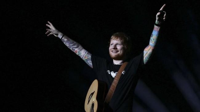 Ia membuai para pendengarnya dengan lagu-lagu populer seperti 'Thinking Out Loud', 'Photograph', 'Perfect', 'Dive', 'Happier', 'Don't', 'Sing', 'Galway Girl', serta lagu ciptaannya yang dinyanyikan oleh Justin Bieber, 'Love Yourself'.(ANTARA FOTO/Rivan Awal Lingga)