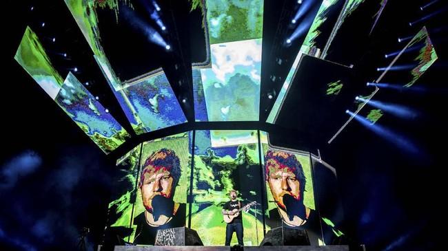 Ed Sheeran memulai konser sederhananya dengan ditemani sebuah gitar pada Jumat (3/5) tepat pukul 20:00 WIB.di Stadion Gelora Bung Karno, Jakarta. (PK Entertainment, Sound Rhythm dan AEG Presents)