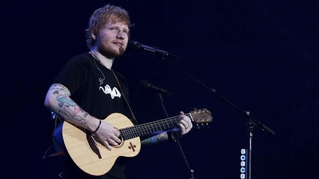 Setelah sempat tertunda dua tahun lalu, Sheeran membuka konser di Jakarta dengan lagu 'Castle on the Hill'.(ANTARA FOTO/Rivan Awal Lingga)