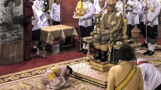 Berbeda dengan sosok ayahnya, Rama X kurang dikenal luas oleh publik Thailand. Jika Bhumibol dikeal sebagai sosok pemersatu bangsa, maka anaknya yang berusia 66 tahun ini lebih suka menghabiskan sebagian besar waktunya di luar negeri. (Thai TV Pool via AP)