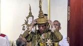 Setelah merampungkan semua prosesi, raja baru Thailand ini akan duduk untuk kemudian disematkan mahkota berlapiskan emas seberat 7,3 kilogram dengan sebuah berlian asli dari India. (Thai TV Pool via AP)