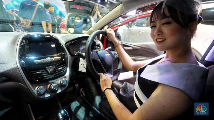 Chevrolet Spark disokong mesin bensin 4-silinder 1.4-liter yang menghasilkan daya 96 Tk dan torsi 124 Nm. Mobil ini dibanderol Rp 198 juta. CNBC Indonesia/Andrean Kristianto)