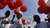 Sejumlah anak membawa balon saat digelar 'Magengan Kubro' di Masjid Al Akbar Surabaya, Jawa Timur, Jumat (3/5/2019). Magengan Kubro tersebut dalam rangka menyambut Ramadan 1440 H. ANTARA FOTO/Zabur Karuru