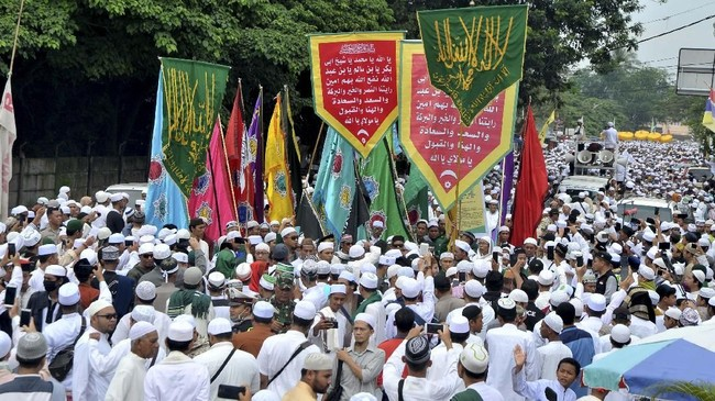 Sejumlah peziarah melakukan pawai pada puncak Ziarah Kubra yang dimulai dari kawasan Kuto hingga ke Pemakaman Kawah Tengkurep Palembang, Sumsel, Minggu (28/4/2019). Ziarah dilakukan untuk mengenang jasa para ulama dan habib jelang bulan suci Ramadan. ANTARA FOTO/Feny Selly