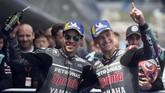 Fabio Quartararo (kanan) merayakan pole MotoGP Spanyol 2019 bersama rekan setimnya di Petronas Yamaha, Franco Morbidelli. (JORGE GUERRERO / AFP)