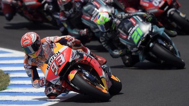 Marc Marquez terus menunjukkan dominasi sepanjang balapan dengan memimpin hingga garis finis. Marquez finis dengan keunggulan 1,654 detik atas Alex Rins. (JORGE GUERRERO / AFP)