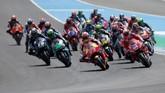 Marc Marquez yang start dari posisi tiga berhasil memimpin saat balapan MotoGP Spanyol 2019 memasuki tikungan pertama. Marquez unggul atas duo Petronas Yamaha, Franco Morbidelli dan Fabio Quartararo. (REUTERS/Jon Nazca)