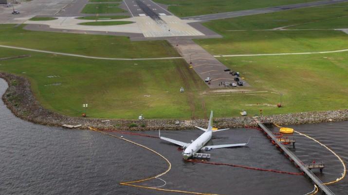 Begini Penampakan Boeing 737 yang Tergelincir ke Sungai