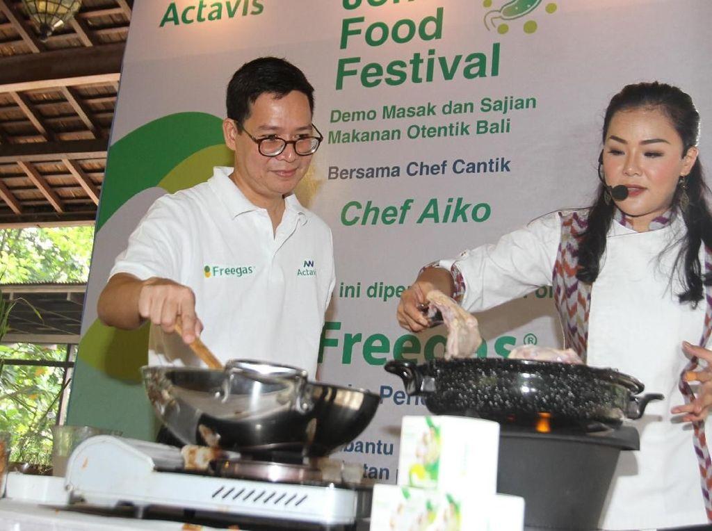 Bersama OTC Business Unit Head Actavis Indonesia, Denny Aring, ia tampak asyik demo masak sajian makanan otentik bali Jontor Food Festival. Foto: dok. Actavis