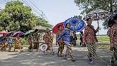 Kaum adat Bonokeling melakukan prosesi jalan kaki menuju rumah adat mereka, dengan melintasi Desa Kesugihan, di Kecamatan Kesugihan, Cilacap, Jateng, Kamis (25/04/2019). Menyambut bulan puasa, warga bersihkan makam leluhur dan berkumpul di rumah adat. ANTARA FOTO/Idhad Zakaria