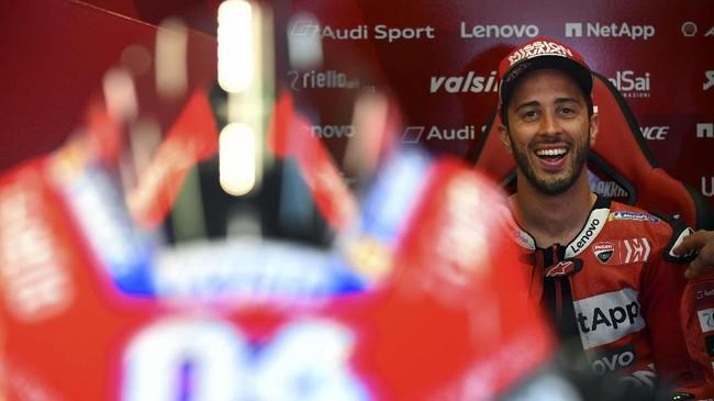Pebalap Ducati Andrea Dovizioso santai di garasi tim jelang babak kualifikasi MotoGP Spanyol. Dovizioso saat ini masih memuncaki klasemen MotoGP 2019 dengan keunggulan tiga poin atas Valentino Rossi. (GABRIEL BOUYS / AFP)