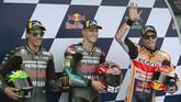 Fabio Quartararo (tengah) merayakan pole MotoGP Spanyol 2019 bersama Franco Morbidelli (kiri) dan Marc Marquez. (JORGE GUERRERO / AFP)