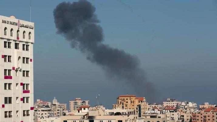Asap membumbung dari lokasi serangan Israel di Jalur Gaza, Minggu (5/5/2019). Foto: REUTERS/Suhaib Salem)