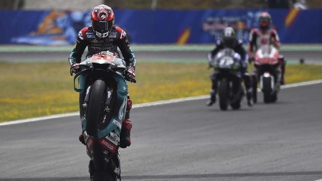 Fabio Quartararo yang merupakan rookie di MotoGP 2019 merayakan sukses merebut pole di MotoGP Spanyol. Quartararo merupakan pebalap termuda yang sukses merebut pole di usia 20 tahun dan 14 hari. (GABRIEL BOUYS / AFP)