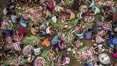 Warga bergotong royong menyortir daging kambing untuk dimasak dalam tradisi Sadranan di kompleks pemakaman Sentono, Kelurahan Ngijo, Gunungpati, Semarang, Jawa Tengah, Kamis (4/4/2019). Tradisi turun temurun penyembelihan 61 kambing jadi cara menyambut Ramadan. ANTARA FOTO/Aji Styawan