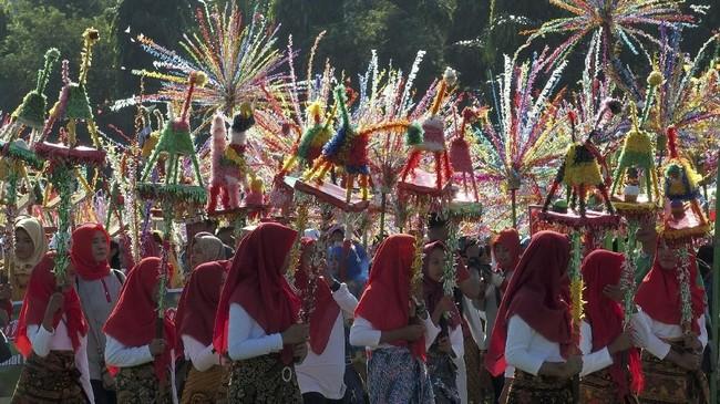 Sejumlah anak membawa patung hewan imajiner 'Warak' saat mengikuti Karnaval Budaya Dugder, di Semarang, Jawa Tengah, Jumat (3/5/2019). Karnaval yang diikuti ribuan peserta itu untuk menyambut datangnya bulan Ramadan. ANTARA FOTO/R. Rekotomo