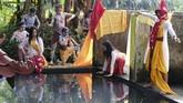 Sejumlah seniman menari di tepi sendang Dawung saat tradisi Bajong Banyu di Dusun Dawung, Banjarnegoro, Mertoyudan, Magelang, Jateng, Minggu (1/5/2019). Tradisi Bajong Banyu dilakukan warga setempat sebagai wujud sukacita menyambut datangnya bulan suci Ramadan. ANTARA FOTO/Anis Efizudin