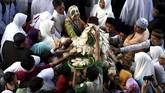 Warga berebut kue apem saat digelar 'Magengan Kubro' di Masjid Al Akbar Surabaya, Jawa Timur, Jumat (3/5/2019). Magengan Kubro tersebut dalam rangka menyambut Ramadan 1440 H. ANTARA FOTO/Zabur Karuru