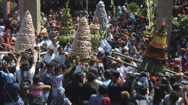 Sejumlah warga membawa gunungan hasil bumi dan gunungan makanan tradisional saat Grebeg Nyadran Cepogo di Cepogo, Boyolali, Jawa Tengah, Minggu (14/4/2019). Grebeg Nyadran Cepogo merupakan rangkaian pembuka sadranan atau ziarah ke makam menjelang puasa. ANTARA FOTO/Aloysius Jarot Nugroho